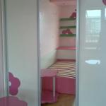 детска-стая-розово-цвете-гардероб