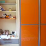 етажерки за спалня, оранжево и синьо, съчетаване на цветове