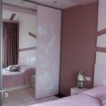 спалня в розово с нежни флорални мотиви